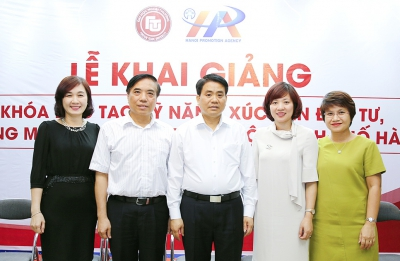 Chairman of Hanoi People's Committee Nguyen Duc Chung paid a visit and worked with the Foreign Trade University and attended the Opening Ceremony of the training courses in promoting investment, trade and tourism for Hanoi officials